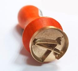 выпуклое клеймо на деревянной ручке